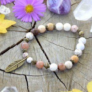 ~MEDITACE~ Minerální náramek s magnezitem, slunečním kamenem a dřevem, pírko