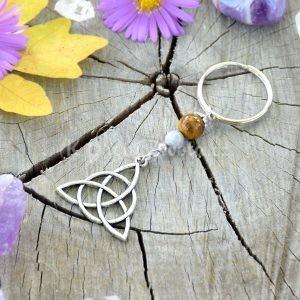 ~SÍLA (ZE)MĚ~ Originální přívěsek na klíče keltský trojúhelník s tygřím okem