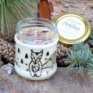 Ručně malovaná přírodní vonná svíčka s minerály a květy *LIŠÁK MATĚJ*, sojový vosk