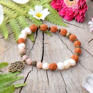 Hamsa neboli Fátimina ruka je symbolem ochrany a objevuje se napříč mnoha náboženstvími. Jedná se o velmi silný talisman, který nejen ochraňuje, ale také ukazuje správný směr života, dodává sebevědomí, štěstí a zbavuje strachu. Symbolizuje také životní sílu a lásku.