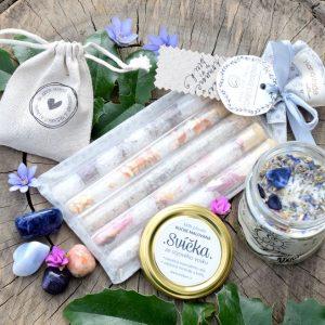 ~VĚŘÍM~ Dárkový balíček s přírodní svíčkou, sadou minerálů a solemi do koupele