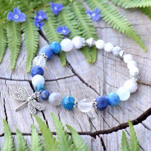 ~OCEAN~ Minerální náramek z modrých minerálů a howlitu, přívěsek vážka