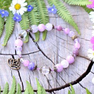 ~LEVANDULOVÁ~ Minerální náramek z čaroitu, nefritu a křišťálu, přívěsek lotosový květ