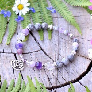 ~DUŠE~ Minerální náramek z jaspisu a fialových minerálů, přívěsek lotosový květ