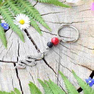 ~SOUZNĚNÍ~ Originální přívěsek na klíče had s howlitem a lávou