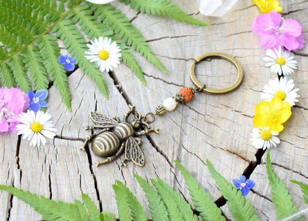 ~VÝJIMEČNOST~ Originální přívěsek na klíče včela s pravou perlou a rudrakshou