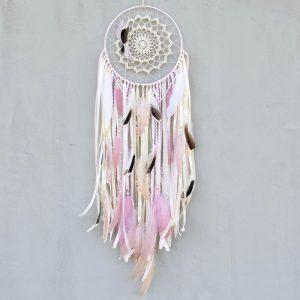 ~NĚŽNÁ VÍLA~ Jedinečný ručně vyráběný lapač snů s pírky a pravou perlou, 25x85 cm