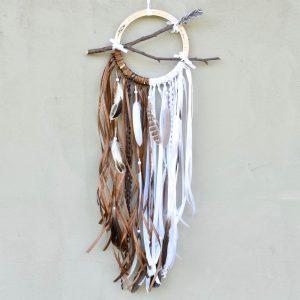 ~DOTEK PŘÍRODY~ Dřevěný boho lapač snů s větvičkou a pírky, 18x70 cm